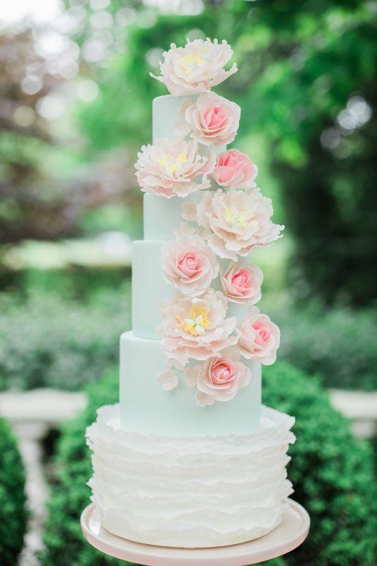 1. Romantische bruidstaart met suikerbloemen