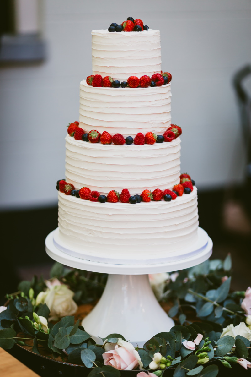 11. Creme bruidstaart met rood fruit