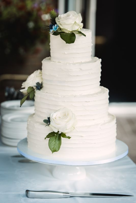 3. Creme bruidstaart met verse bloemen_5