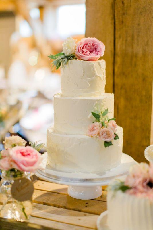 4. Creme bruidstaart met verse bloemen_1
