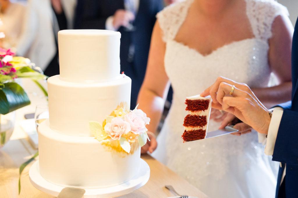 Hoe Snij Je Het Eerste Stukje Van Jullie Bruidstaart Aan