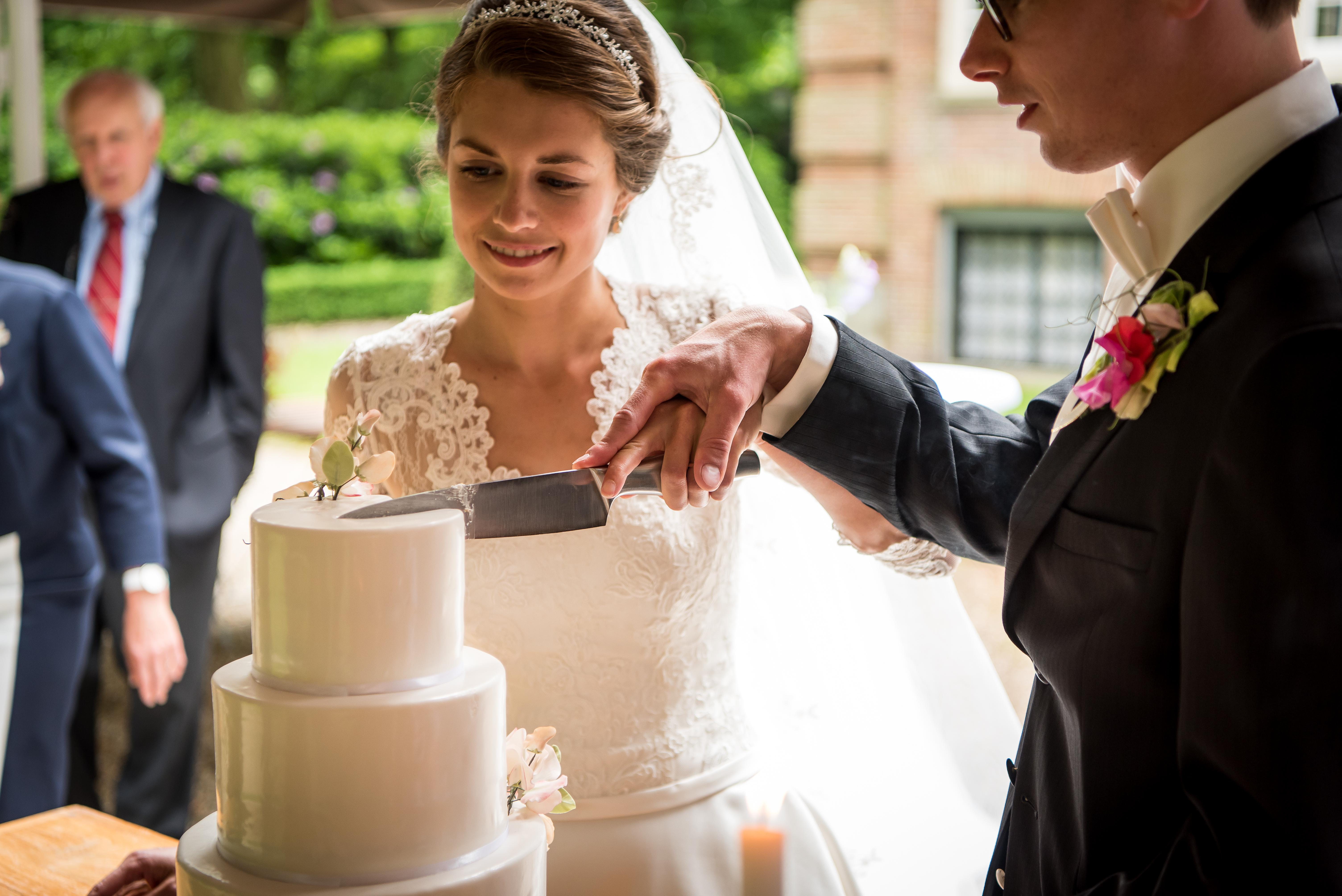 snijden van bruidstaart