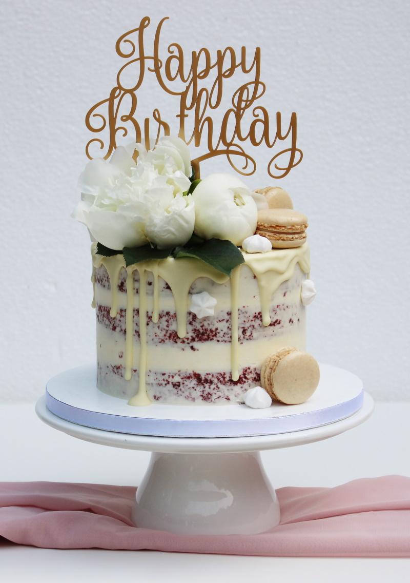 Red Velvet met witte chocolade drip-witte bloemen-macarons met topper