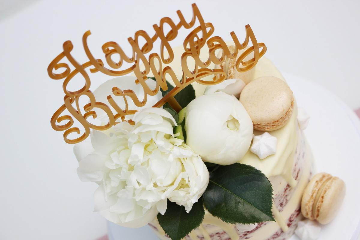 Red Velvet met witte chocolade drip-witte bloemen-macarons met topper3