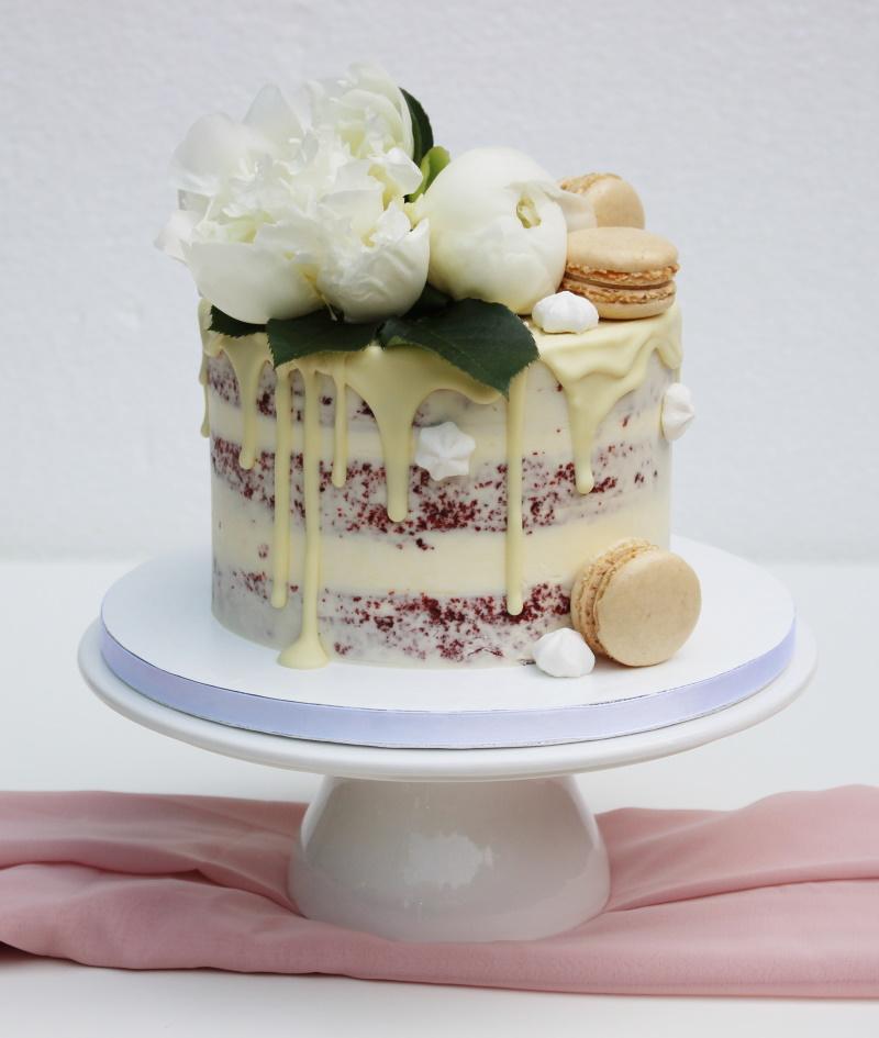 Red Velvet met witte chocolade drip-witte bloemen-macarons