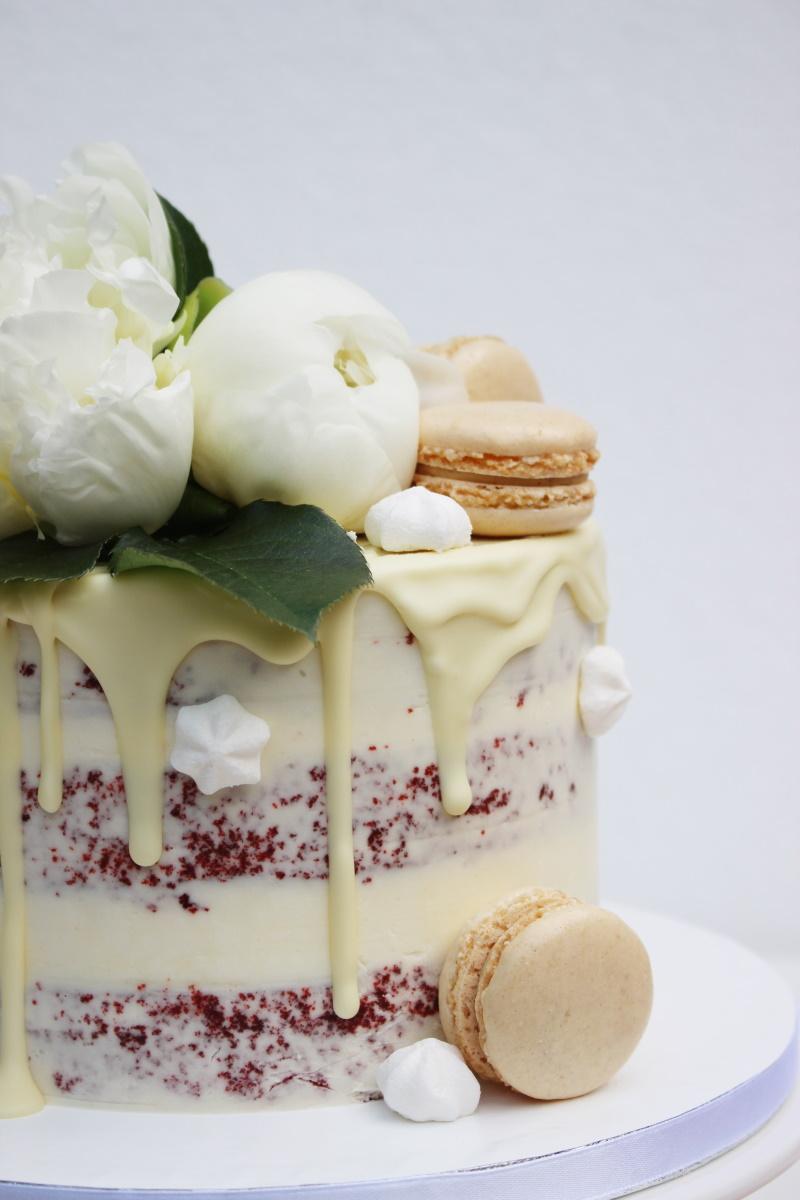Red Velvet met witte chocolade drip-witte bloemen-macarons2