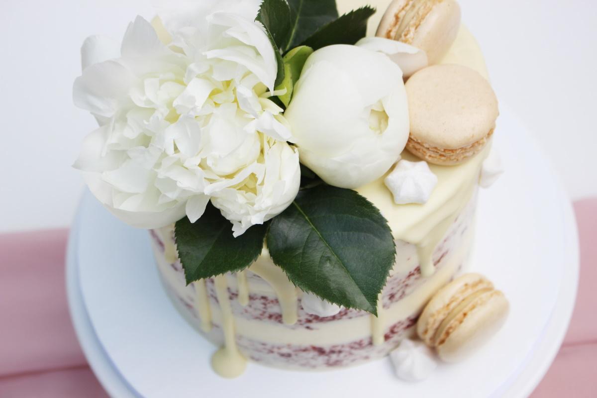 Red Velvet met witte chocolade drip-witte bloemen-macarons3