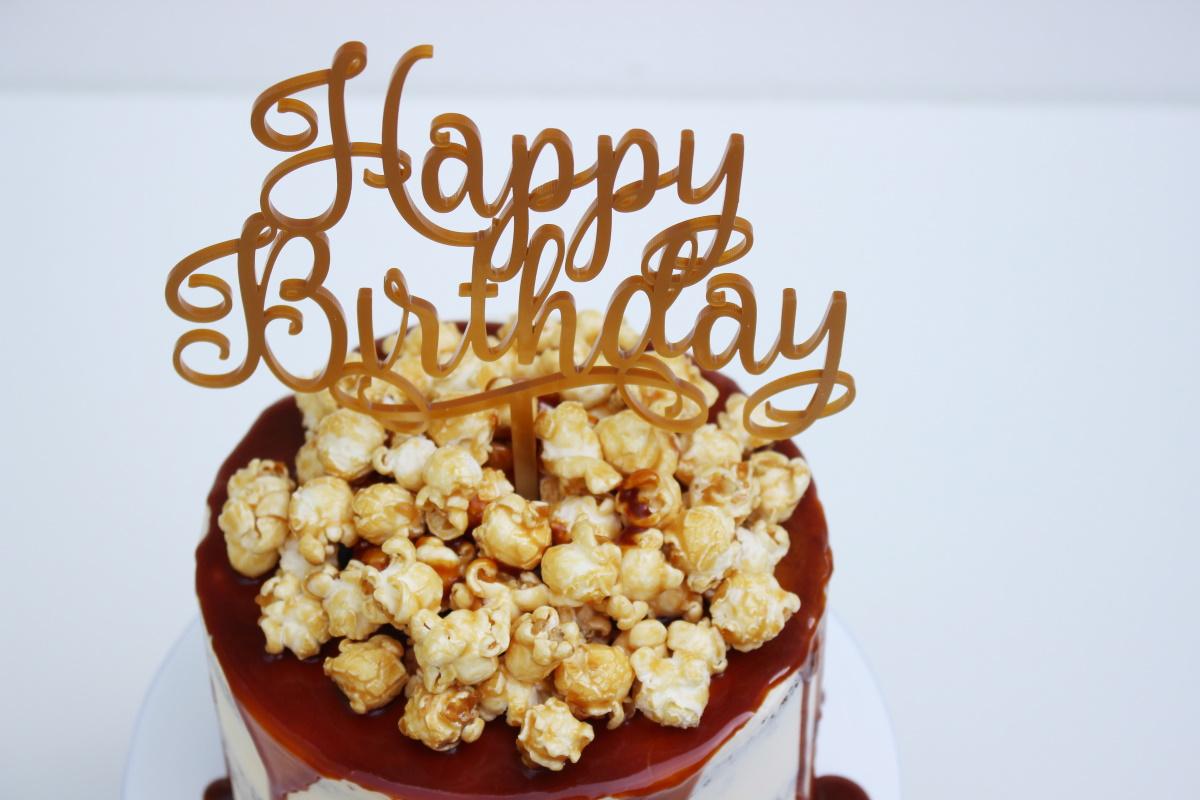 Semi naked met caramel drip en popcorn met topper2