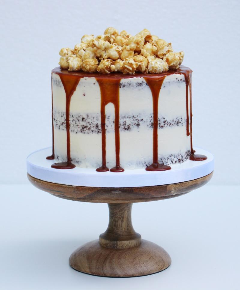 Semi naked met caramel drip en popcorn