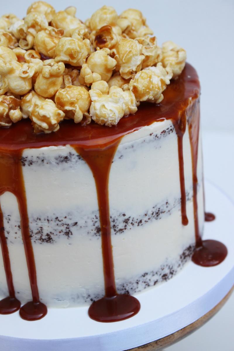 Semi naked met caramel drip en popcorn2