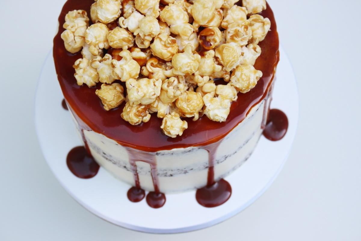 Semi naked met caramel drip en popcorn3