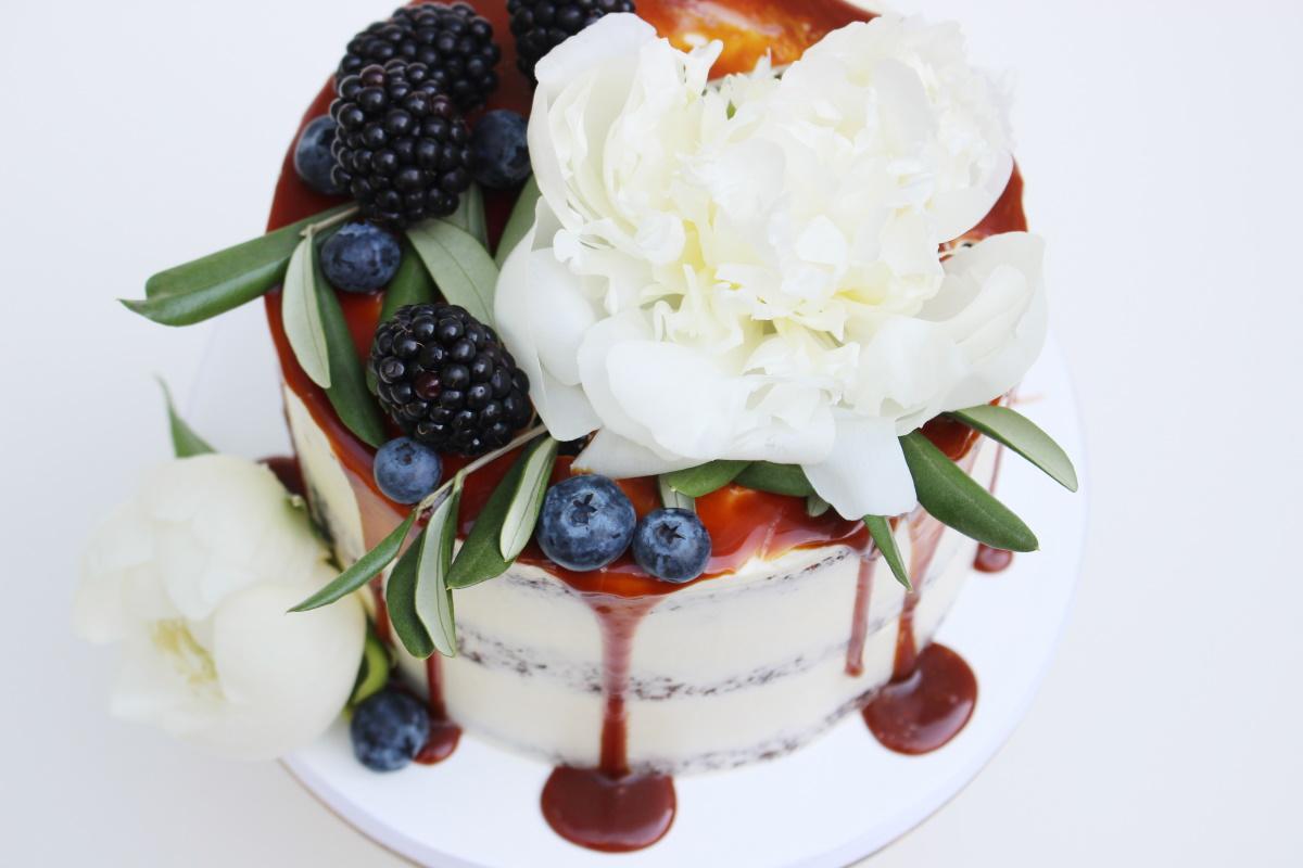 Seminaked met fruit en witte bloemen3